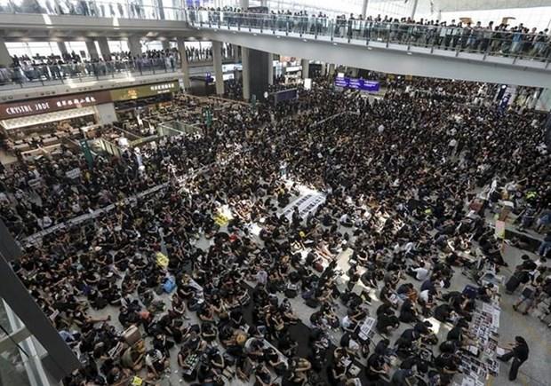 香港のデモ、行政長官が冷静な対応呼びかけ 空港は再開 - ảnh 1
