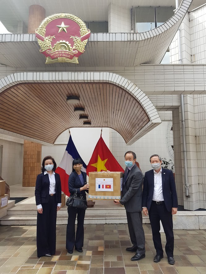 在フランスベトナム大使館、フランス側にマスクを寄贈  - ảnh 1