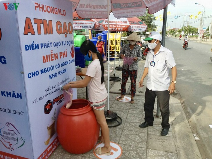 ベトナムでコロナ貧困支援の「コメATM」 - ảnh 1