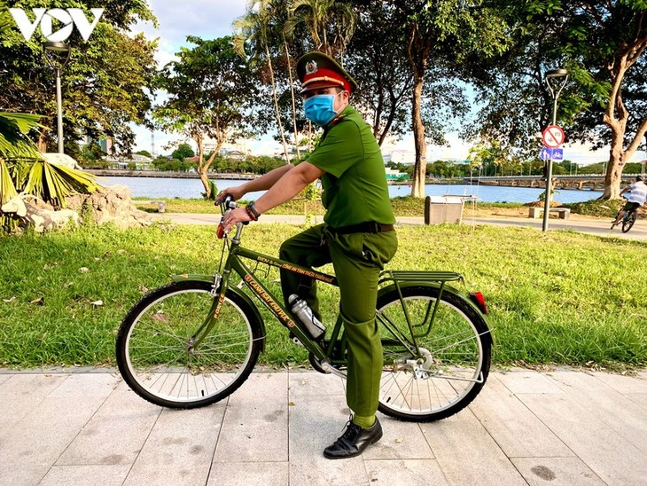 Hình ảnh chiến sĩ công an Huế đạp xe tuần tra phòng, chống Covid-19 - ảnh 7