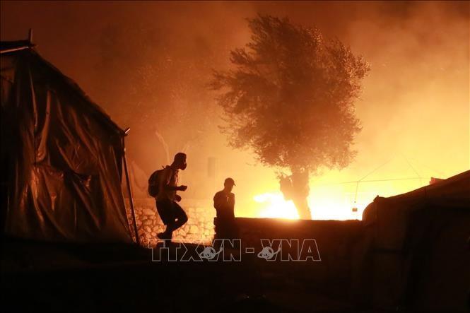 ギリシャ最大の移民施設火災、独仏など数百人の受け入れ表明 - ảnh 1