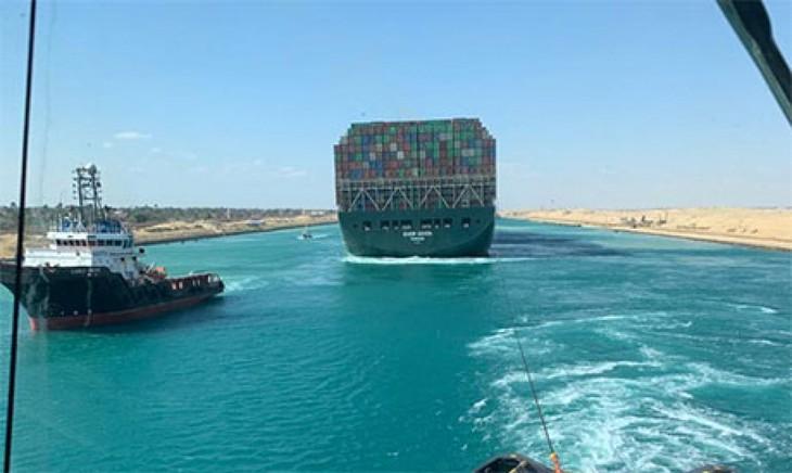 スエズ運河 通航を再開 コンテナ船座礁から6日ぶり 管理当局 - ảnh 1