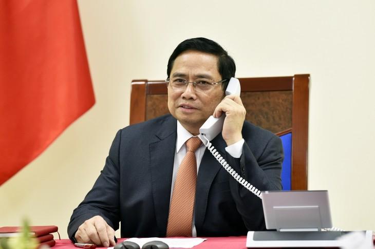 チン首相、シンガポール首相と電話会談 - ảnh 1
