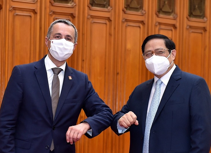 チン首相、スイスの副大統領兼外相と懇談 - ảnh 1
