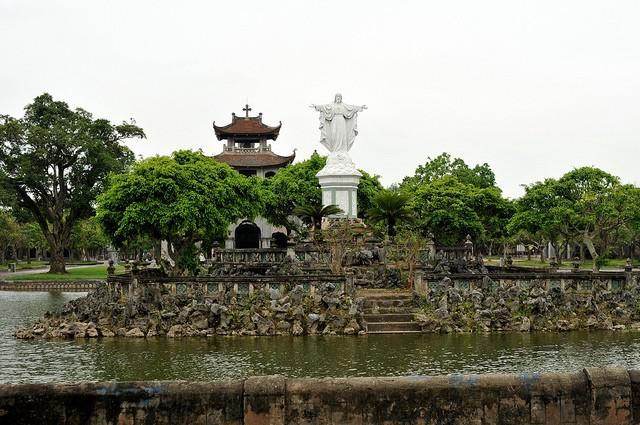 Gereja baru Phat Diem - tempat berhimpunya  inti sari arsitektur  Timur-Berat - ảnh 2