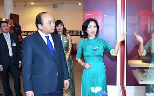 PM Vietnam, Nguyen Xuan Phuc mengunjungi Museum Wanita Vietnam - ảnh 1