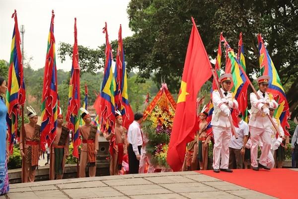 Rakyat seluruh  Viet nam dengan hormat berkiblat ke upacara hari haul cikal bakal bangsa  Raja Hung 2019 - ảnh 1