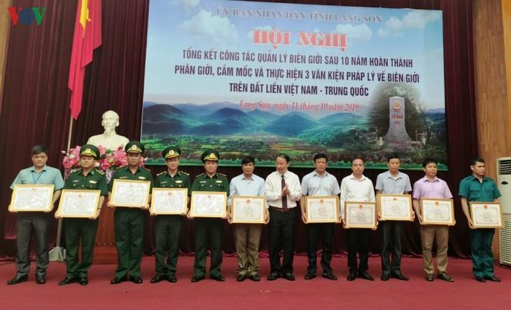 Menyelesaikan garis delimitasi dan penancapan tonggak perbatasan serta melaksanakan tiga naskah hukum tentang garis perbatasan di darat  Viet Nam-Tiongkok - ảnh 1