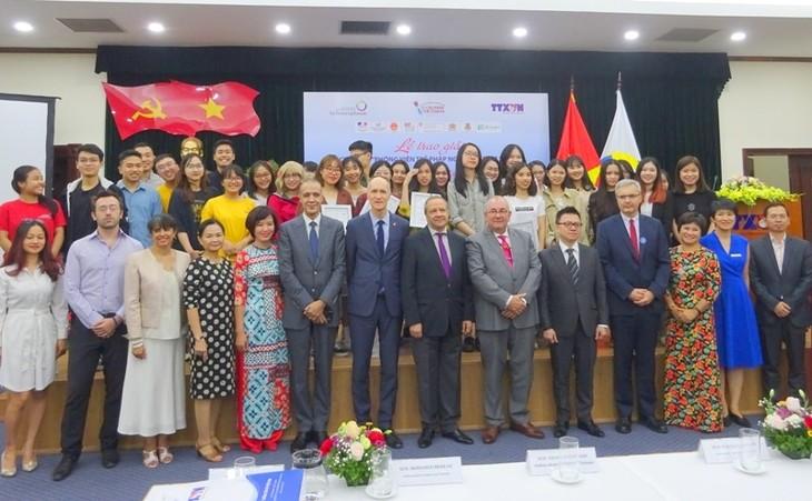 """Memberikan hadiah  sayembara:  """"Wartawan muda Francophonie-Vietnam-2019"""". - ảnh 1"""