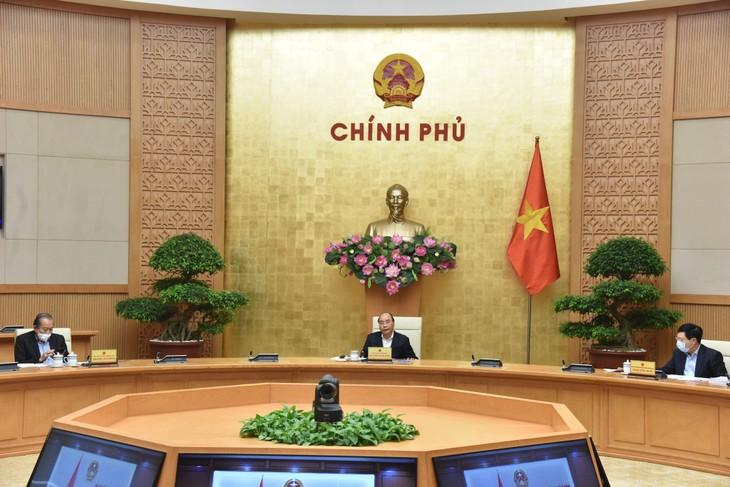 PM Nguyen Xuan Phuc: Menangani secara serius kasus-kasus yang tidak melaksanakan peraturan tentang pembatasan sosial - ảnh 1