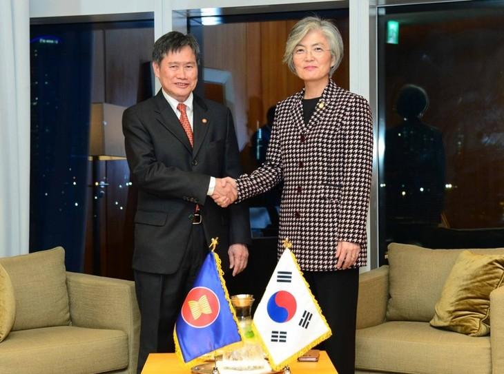 Kalangan otoritas Republik Korea  dan ASEAN  membahas cara memperkuat kerja sama bilateral - ảnh 1