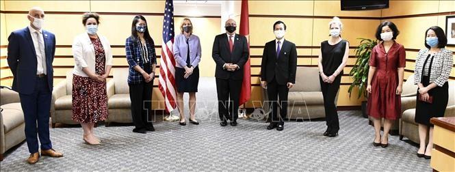 Kemenlu AS mengadakan  pertemuan  sehubungan dengan peringatan HUT ke-25 penggalangan hubungan diplomatik Vietnam-AS  - ảnh 1