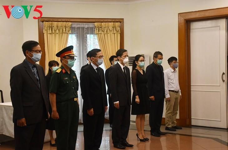 Pemimpin dari beberapa negara dan sahabat internasional telah  datang ke upacara penghormatan terakhir kepada Sekjen Le Kha Phieu - ảnh 3