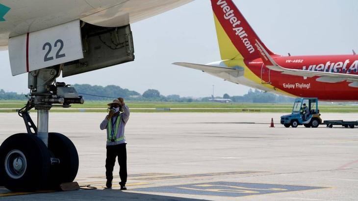 Chùm ảnh: Nhân viên sân bay Nội Bài đẫm mồ hôi làm việc giữa nắng thiêu đốt - ảnh 14