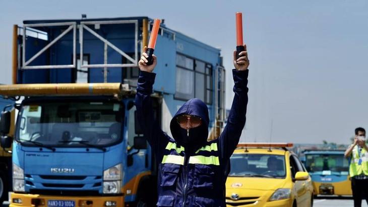 Chùm ảnh: Nhân viên sân bay Nội Bài đẫm mồ hôi làm việc giữa nắng thiêu đốt - ảnh 15