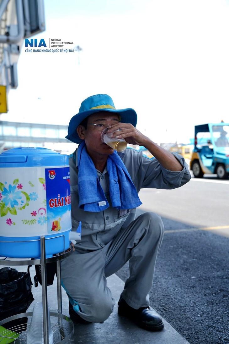 Chùm ảnh: Nhân viên sân bay Nội Bài đẫm mồ hôi làm việc giữa nắng thiêu đốt - ảnh 17