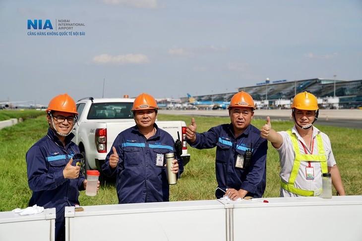 Chùm ảnh: Nhân viên sân bay Nội Bài đẫm mồ hôi làm việc giữa nắng thiêu đốt - ảnh 18