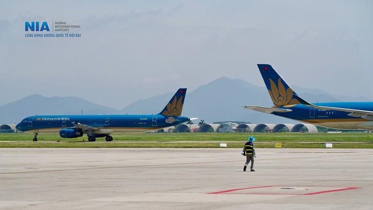 Chùm ảnh: Nhân viên sân bay Nội Bài đẫm mồ hôi làm việc giữa nắng thiêu đốt - ảnh 13