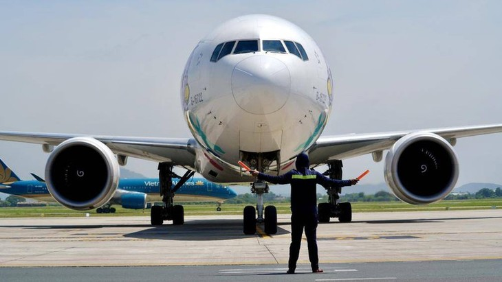 Chùm ảnh: Nhân viên sân bay Nội Bài đẫm mồ hôi làm việc giữa nắng thiêu đốt - ảnh 4