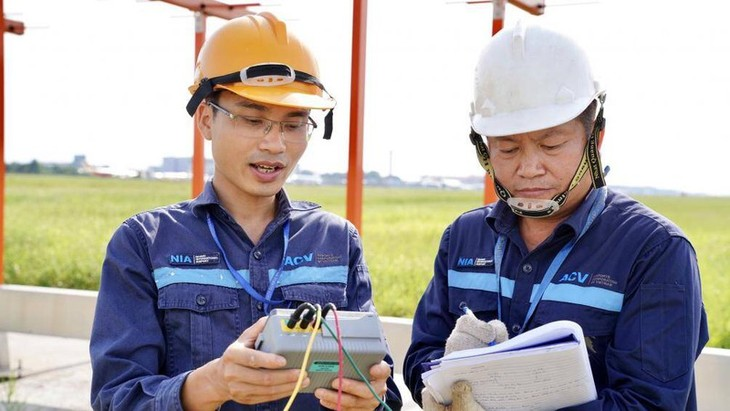 Chùm ảnh: Nhân viên sân bay Nội Bài đẫm mồ hôi làm việc giữa nắng thiêu đốt - ảnh 6