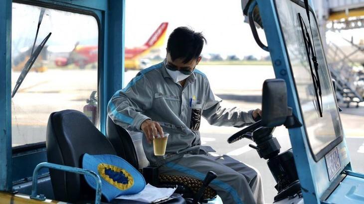 Chùm ảnh: Nhân viên sân bay Nội Bài đẫm mồ hôi làm việc giữa nắng thiêu đốt - ảnh 7