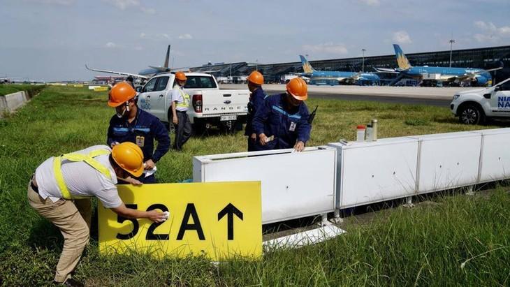 Chùm ảnh: Nhân viên sân bay Nội Bài đẫm mồ hôi làm việc giữa nắng thiêu đốt - ảnh 8