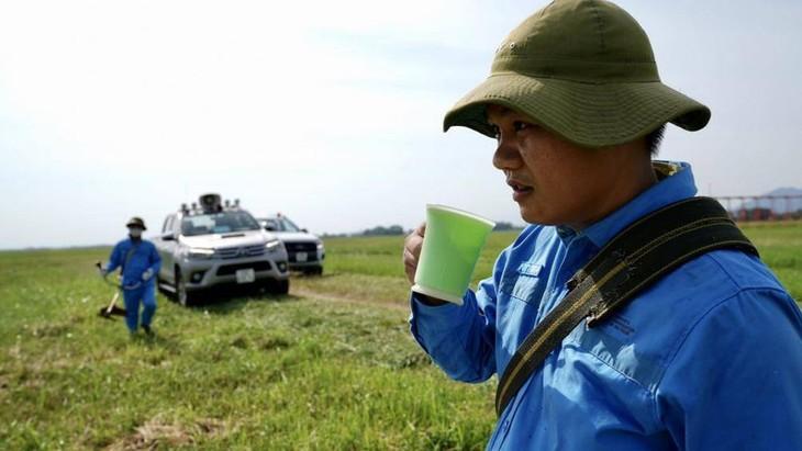 Chùm ảnh: Nhân viên sân bay Nội Bài đẫm mồ hôi làm việc giữa nắng thiêu đốt - ảnh 9