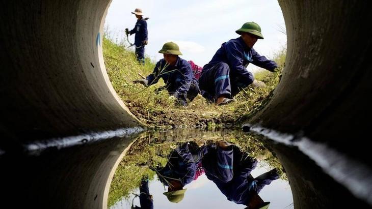 Chùm ảnh: Nhân viên sân bay Nội Bài đẫm mồ hôi làm việc giữa nắng thiêu đốt - ảnh 10