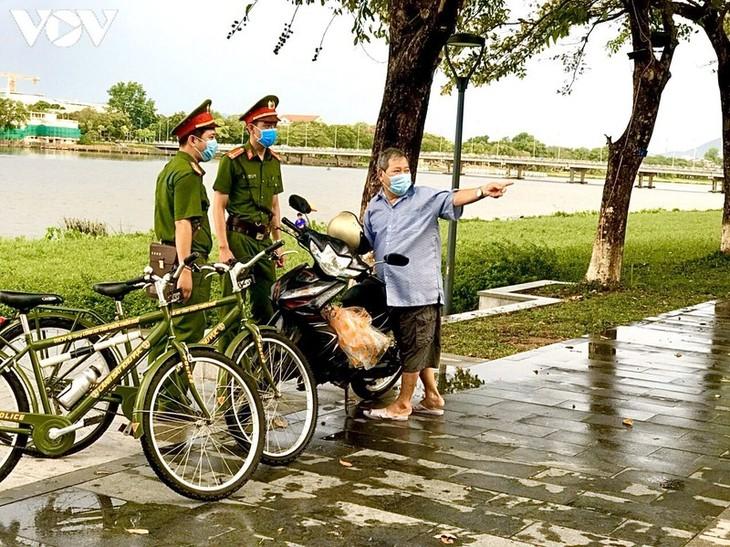 Hình ảnh chiến sĩ công an Huế đạp xe tuần tra phòng, chống Covid-19 - ảnh 2