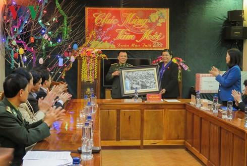 Tong Thi Phong travaille avec les autorités de Muong Nhe - ảnh 2