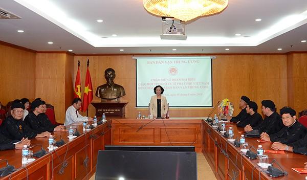 Réception de dignitaires bouddhistes par la présidente de la Commission de sensibilisation auprès de la population, Truong Thi Mai - ảnh 1
