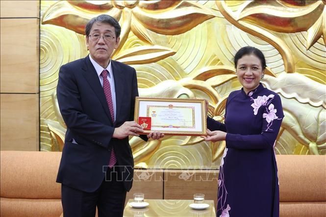 La médaille pour la paix et l'amitié remise à l'ambassadeur du Japon au Vietnam - ảnh 1