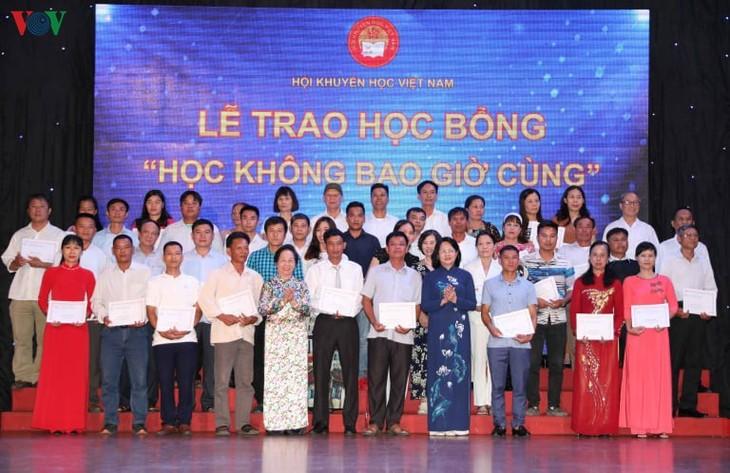 Dang Thi Ngoc Thinh remet des bourses d'études à des élèves du Nord - ảnh 1