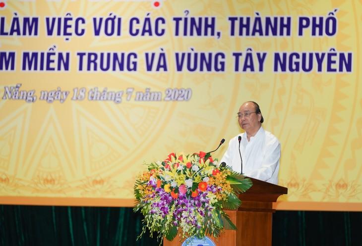 Nguyên Xuân Phuc rencontre les responsables des localités du Centre - ảnh 1