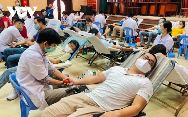 Danang: près de 600 personnes ont donné de leur sang - ảnh 1