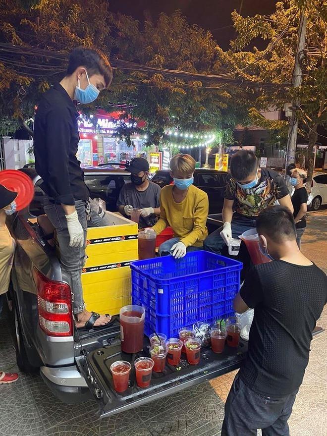 Ấm lòng những suất cơm tặng y bác sỹ chống COVID-19 tại Đà Nẵng - ảnh 10