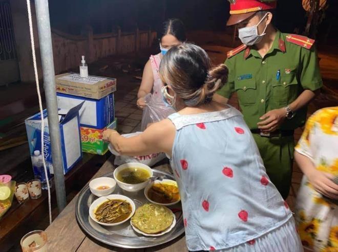 Ấm lòng những suất cơm tặng y bác sỹ chống COVID-19 tại Đà Nẵng - ảnh 14