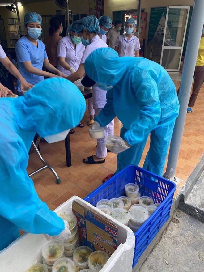 Ấm lòng những suất cơm tặng y bác sỹ chống COVID-19 tại Đà Nẵng - ảnh 1