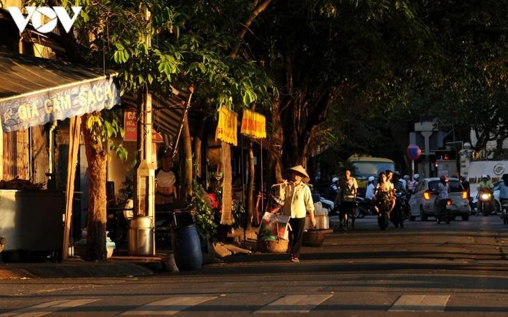 Vẻ đẹp những gánh hàng rong trên phố phường Hà Nội - ảnh 8