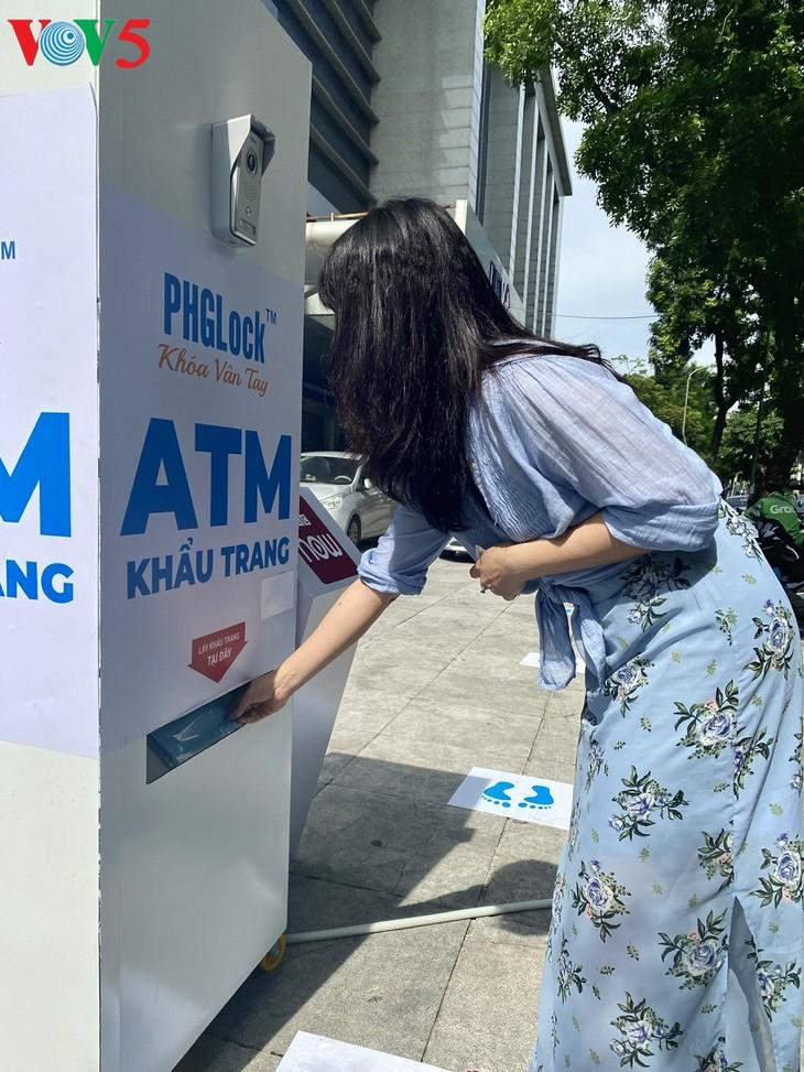 """Cây """"ATM khẩu trang"""" miễn phí tại Hà Nội giúp người dân chống COVID-19 - ảnh 3"""
