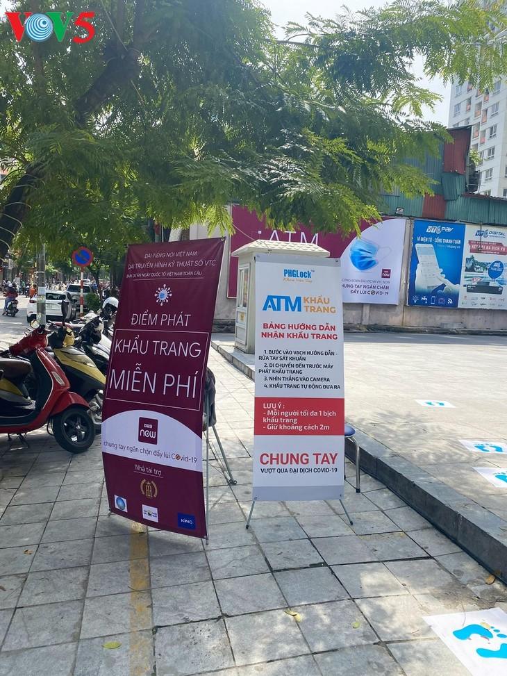 """Cây """"ATM khẩu trang"""" miễn phí tại Hà Nội giúp người dân chống COVID-19 - ảnh 1"""