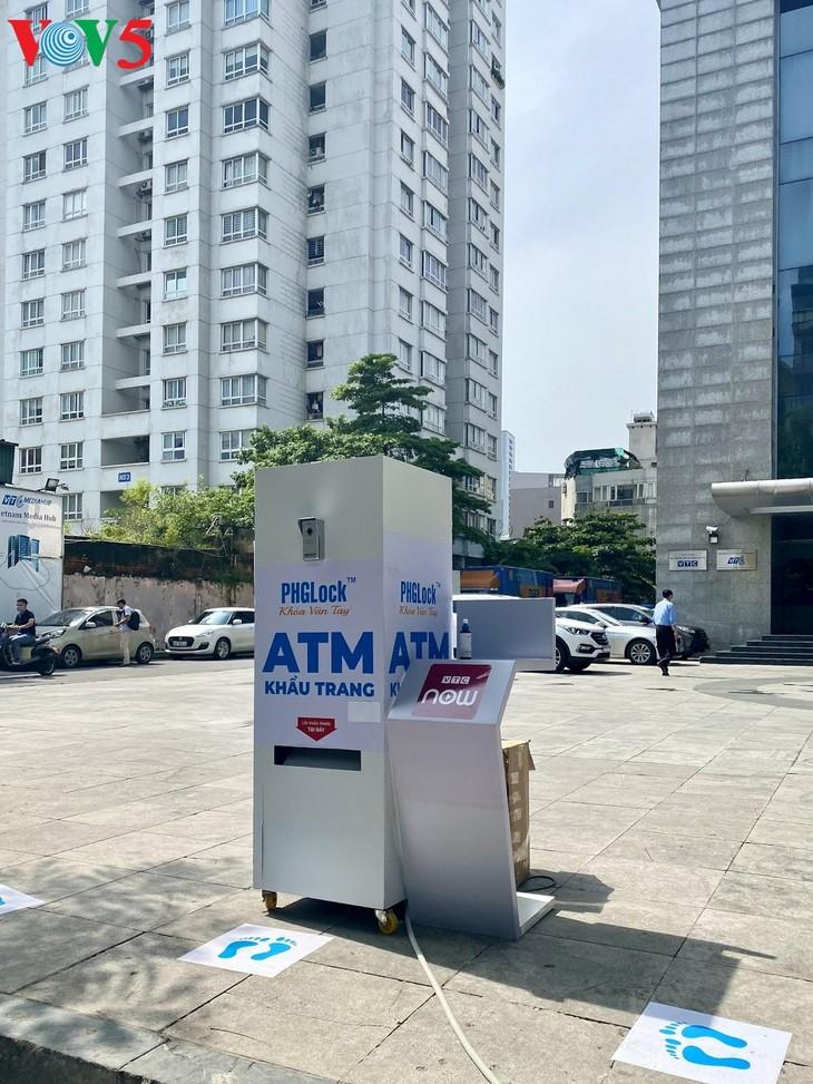 """Cây """"ATM khẩu trang"""" miễn phí tại Hà Nội giúp người dân chống COVID-19 - ảnh 2"""