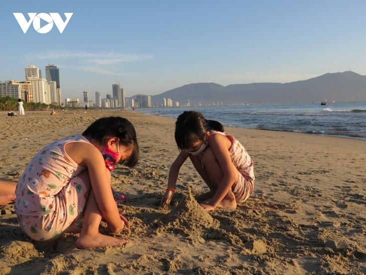 Người dân Đà Nẵng háo hức được tắm biển trở lại - ảnh 3