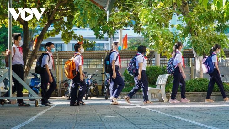 Học sinh Đà Nẵng ngày đầu trở lại trường - ảnh 1