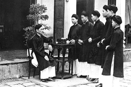 Nam công chức ở Huế mặc áo dài đi làm: Giữ gìn trang phục truyền thống của dân tộc - ảnh 6