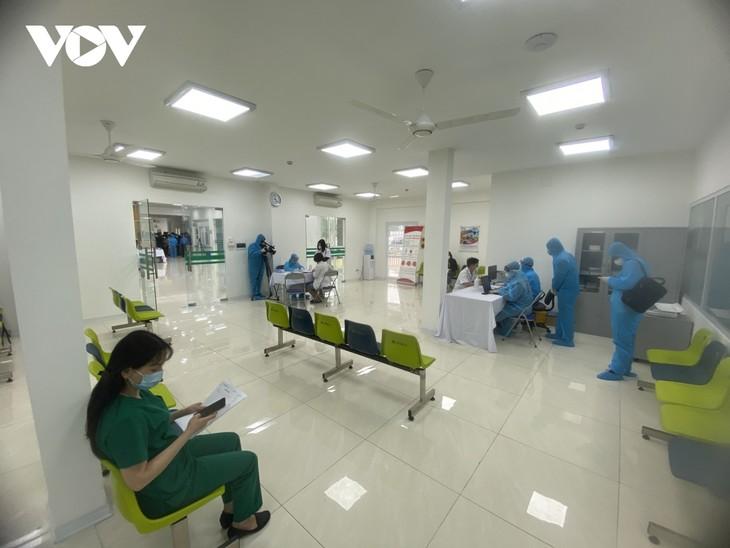Cán bộ y tế Bệnh viện Bệnh Nhiệt đới Trung ương tiêm vaccine COVID-19 - ảnh 2