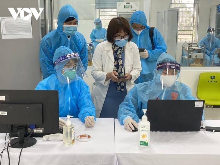 Cán bộ y tế Bệnh viện Bệnh Nhiệt đới Trung ương tiêm vaccine COVID-19 - ảnh 3