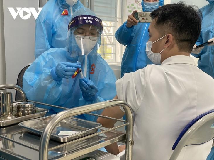 Cán bộ y tế Bệnh viện Bệnh Nhiệt đới Trung ương tiêm vaccine COVID-19 - ảnh 8