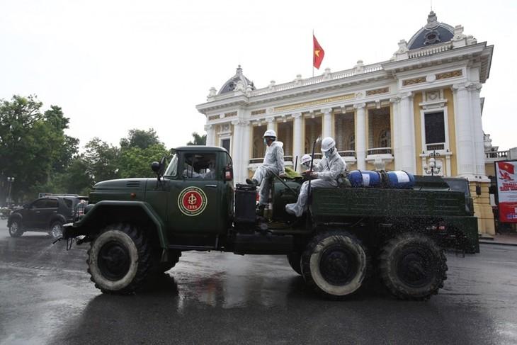 Quân đội phun khử khuẩn diện rộng tại Thủ đô Hà Nội, phòng Covid-19 - ảnh 1