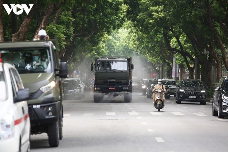 Quân đội phun khử khuẩn diện rộng tại Thủ đô Hà Nội, phòng Covid-19 - ảnh 10